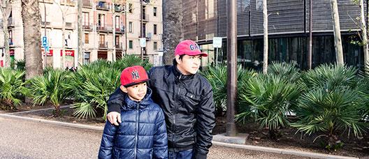 Padre e hijo recién llegados en la rambla del Raval