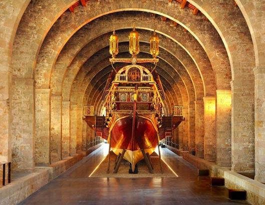 Vaixell a l'interior del Museu Marítim