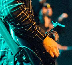 Un músico toca la guitarra durante un concierto