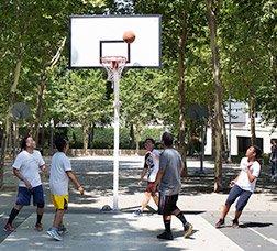 Un grupo de jóvenes juega a baloncesto en un parque