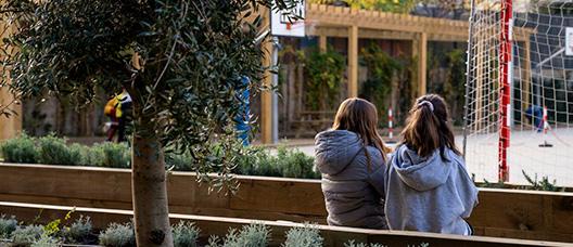 Dos niñas conversan sentadas
