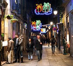 Calle con iluminación navideña