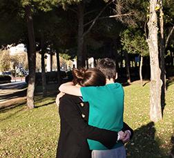 Dos joves abraçats