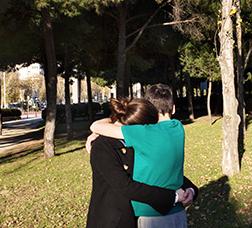 Dos jóvenes abrazados
