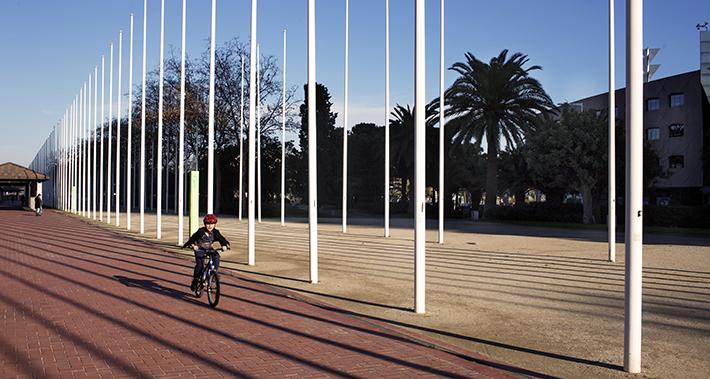 Niño subido a una bicicleta