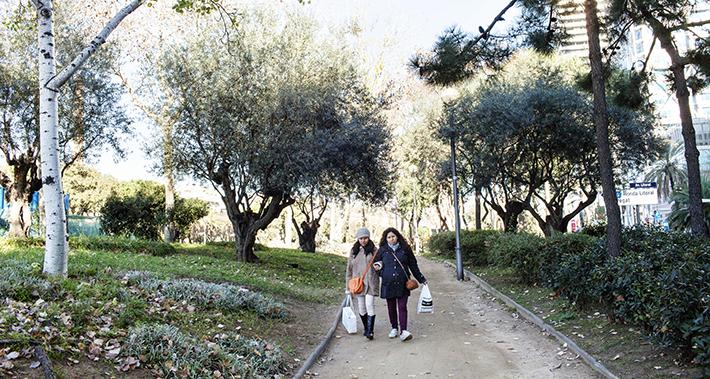 Dos mujeres caminando por el parque del Litoral