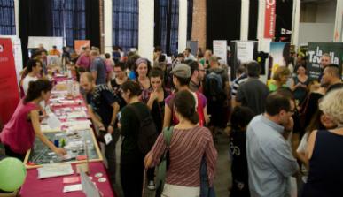 Expositores y visitantes de una feria de proyectos de economía social
