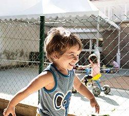 Un niño juega en el patio de una 'escola bressol'