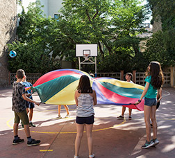Grupo de escolares jugando en el patio de una escuela