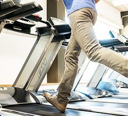 Un home fent exercici en una cinta de córrer elèctrica