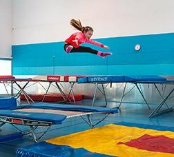 Una nena salta en un trampolí