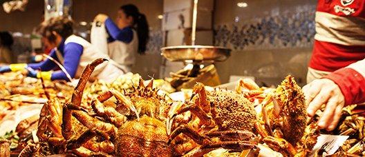 Puesto de marisco y pescado de un mercado alimentario