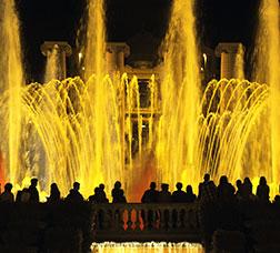 La Font Màgica de Montjuïc il·luminada