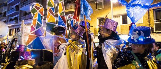 Niños y niñas disfrazados de magos desfilan en la Cabalgata de Reyes del distrito de Horta-Guinardó.