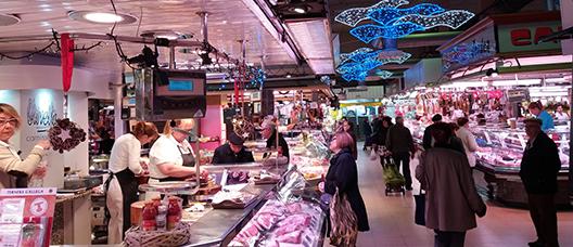 Persones compren en un mercat de la ciutat durant l'època nadalenca