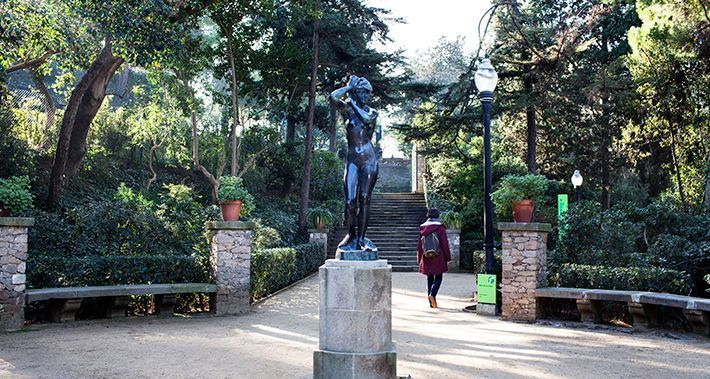 Escultura d'una dona en un parc