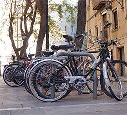 Filera de bicicletes aparcades en punts d'ancoratge al carrer