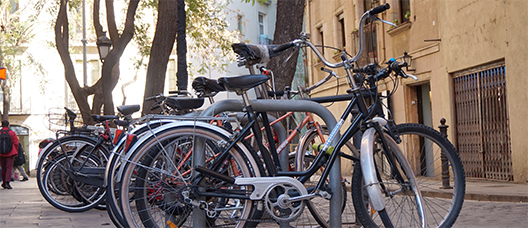 Hilera de bicicletas aparcadas en puntos de anclaje en la calle