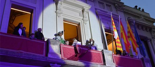 Los Reyes Magos saludan desde el balcón de la sede del distrito de Les Corts