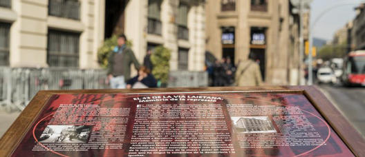 Information pedestal installed in front of Via Laietana nº. 43, recalling the Franco dictatorship's repression.