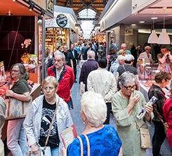 Personas comprando en el Mercat de Sant Antoni