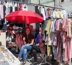 Detall d'una parada de roba d'un mercat de carrer