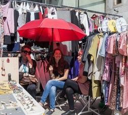 Parada de ropa en un mercado callejero