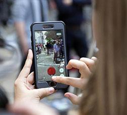 Una dona fa una foto amb el seu mòbil