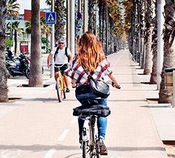 Uns ciclistes circulen per un carril bici de doble sentit.