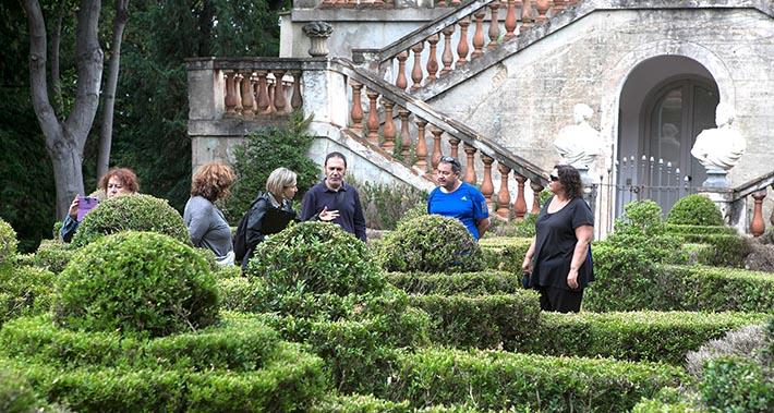 Un grup de persones fa una visita guiada al parc del Laberint d'Horta