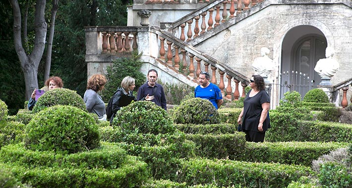 A group of people on a guided visit at the Laberint d'Horta park