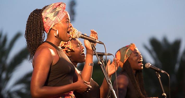 The Sey Sisters canten sobre un escenari a l'aire lliure
