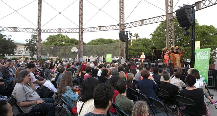 Public at a concert of The Sey Sisters at the park of la Barceloneta
