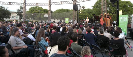 Concierto de The Sey Sisters en un parque de Barcelona