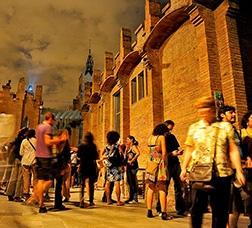 Un grupo de personas pasea por el recinto de CaixaForum de noche
