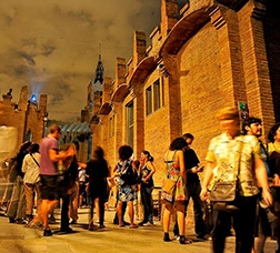 Un grup de persones passeja pel recinte del CaixaForum de nit