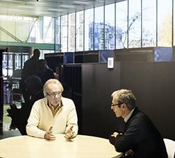 Dos homes conversant a l'Oficina d'Atenció a l'Empresa