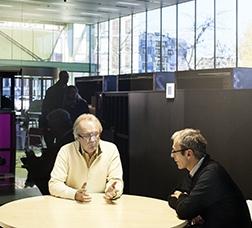 Dos hombres conversando en la Oficina de Atención a la Empresa