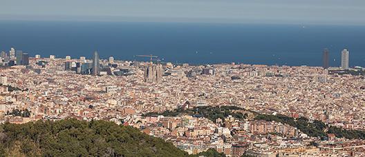 Vista panorámica de Barcelona con el mar al fondo