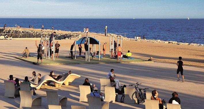 Zona de deporte y descanso en el paseo marítimo