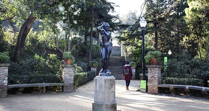 Escultura de una mujer en un parque