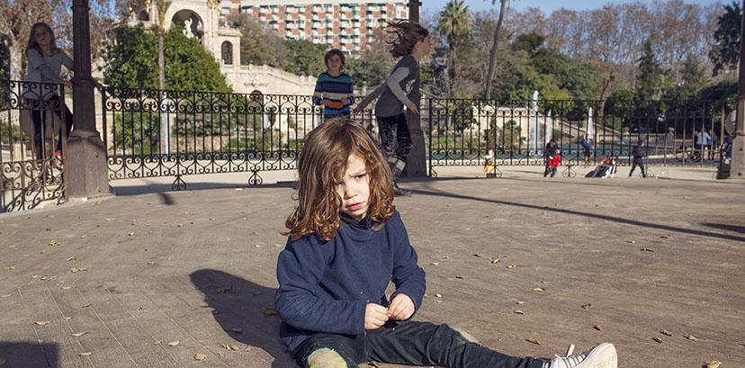 Niña sentada en la glorieta del parque de la Ciutadella