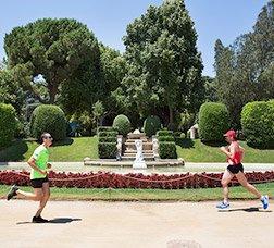 Dues persones corren en un parc
