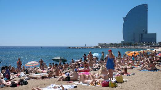 Banyistes a la platja de Sant Sebastià