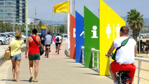 Vianants i ciclistes al passeig