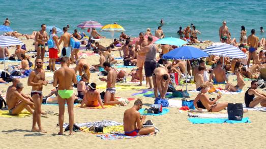 Banyistes a la platja de la Mar Bella