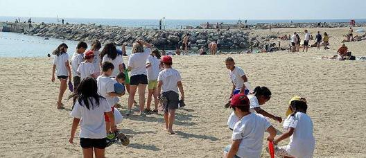 Niños y niñas entrando a la playa