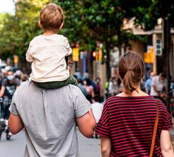 Una familia pasea por el barrio