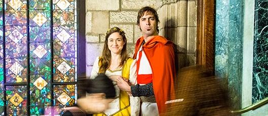 Una actriu i un actor caracteritzats com la princesa i Sant Jordi a l'interior de l'Ajuntament