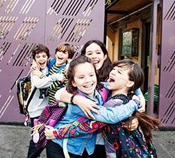 Grupos de escolares a la salida de la escuela